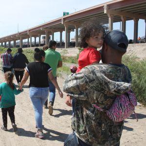 Meksiko on kiristänyt rajavalvontaansa. Nyt monen Keski-Amerikasta Yhdysvaltoihin suuntaavan siirtolaisen matka katkeaa ennen pääsyä Yhdysvaltain rajalle. Kuvan siirtolaiset saapuivat heinäkuussa Ciudad Juarezin kaupunkiin Meksikossa.