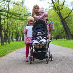 Antonina Jelisejeva kolmen lapsensa kanssa puistossa.