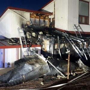 Tulipalo sai alkunsa koulurakennuksen ulkopuolelta.