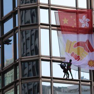 hämähäkkimiehenä tunnettu ranskalainen kiipeilijä kapuaa pilvenpiirtäjään Hongkongissa
