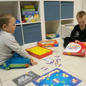 Lapset leikkivät Siilinjärven Perheentalon avajaisissa.