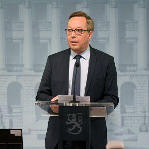 Valtiovarainministeri Mika Lintilä puhuu.