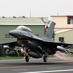 Taiwanin ilmavoimien F-16V -hävittäjä nousee harjoituksessa varalaskupaikalta Changuassa Taiwanissa maaliskuussa 2019.