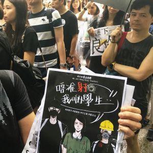 Älkää ampuko oppilaitamme, vetoaa opettaja Lew Hongkongissa.