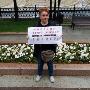 Nainen yhden ihmisen protestissa Moskovassa 17. elokuuta. Kyltti vaatii pidätetyn tubettajan Ego Zhukovin vapauttamista ja poliittisen terrorin lopettamista.