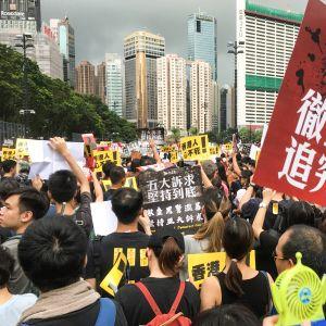 Mielenosoittajan kyltissä vaaditaan poliisiväkivallan tutkimista.