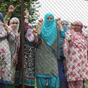 Musliminaiset seuraavat protestia Kashmirissa Srinagarin kaupungissa.