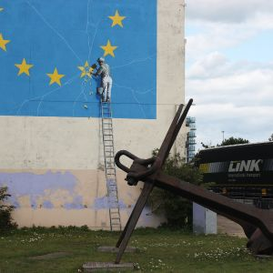 Katutaiteilija Banksy teki Doveriin muraalin, jossa Britannia tähti irrotetaan EU:sta niin huolimattomasti, että maa hajoaa.