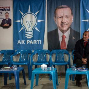Turkin valtapuolueen AKP:n kannattajia Diyarbakirissa presidentti Recep Tayyip Erdoğanin kuvan edessä.