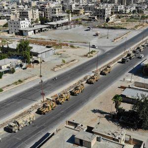 Turkin armeijan autosaattue kuvattuna Maarat al-Numanissa 19. elokuuta matkalla tiettävästi Khan Sheikhunin suuntaan.