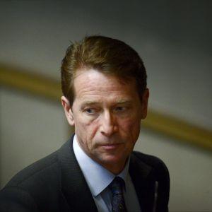 Kokoomuksen kansanedustaja Tapani Mäkinen eduskunnan täysistunnossa 17. kesäkuuta 2014.