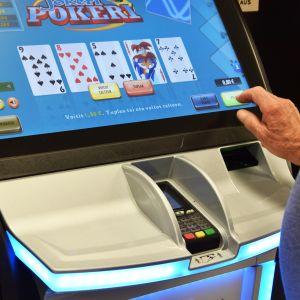 Mies pelaa rahapeliä.