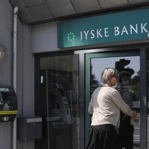 Nainen menee sisään Jyske pankkiin.