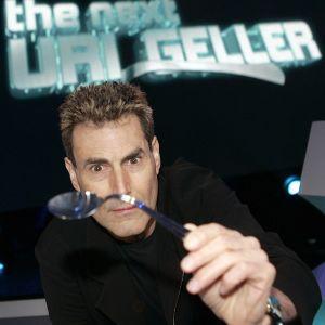Uri Geller ja taivutettu lusikka.