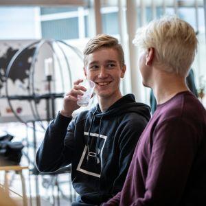 Aleksi Hartikainen ja Aapeli Alava juttelevat kutsunnoissa.