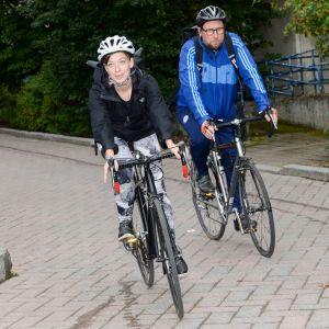Vasemmistoliiton puheenjohtaja Li Andersson ja eduskuntaryhmän puheenjohtaja Paavo Arhinmäki lähtivät Helsingistä Mellunmäen metroasemalta polkupyörillä kohti Porvoota puolueen ministeriryhmän kesäkokoukseen keskiviikkoaamuna 21. elokuuta.
