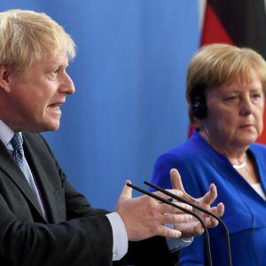 Boris Johnson ja Angela Merkel Berliinissä.