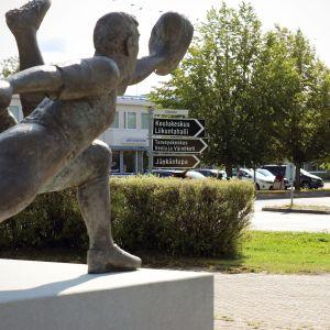 Pesäpallo-patsas Vimpelin keskustassa.
