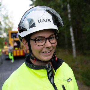 Jenni Nurmi asfalttityömaalla Nokialla