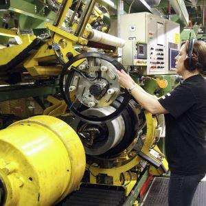 Työntekijä valmistaa renkaita