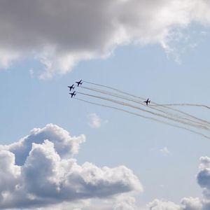 Hävittäjät lentävät taivaalla.