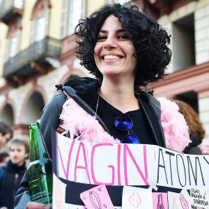 Naisen kyltissä lukee vagina anatomia.