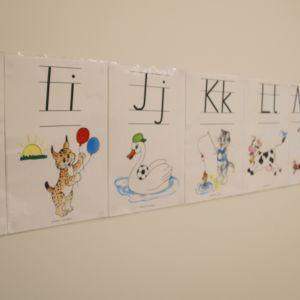 Kirjaimia koululuokan seinällä.