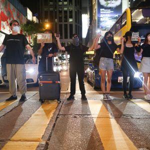 Mielenosoittajat muodostavat pitkän ihmisketjun katujen varsille.