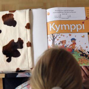 Lapsi lukee koulukirjaa