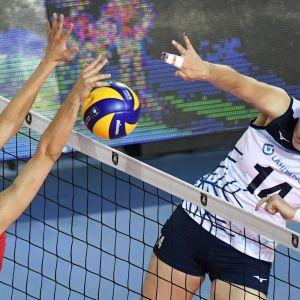 Serbian Jelena Blagojevic ja Suomen Roosa Laakkonen naisten lentopallon Suomi - Serbia ottelussa lentopallon EM-kilpailuissa Ankarassa.