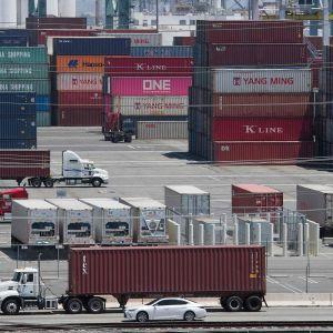 Purkamattomia kontteja nähtävissä Long Beachin satamassa Kaliforniassa 1. elokuuta.