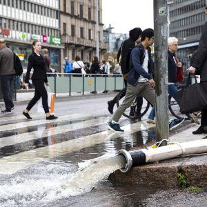 Pelastuslaitos pumppasi vettä Helsingin Rautatieaseman metroasemalta perjantaina 23. elokuuta 2019.