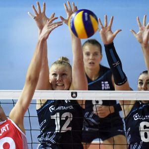 Suomen Pia Korhonen (vas.), Kaisa Alanko ja Michaela Madsen sekä Turkin Ebrar Karakurt lentopallon naisten EM-kilpailuiden ottelussa Suomi - Turkki.