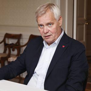 Pääministeri Antti Rinne kuvattuna juuri ennen Yle Radio Suomen pääministerin haastattelutunnin suoraa lähetystä Kesärannassa helsingissä 25. elokuuta.