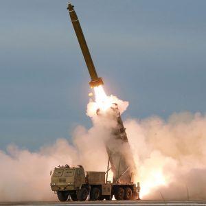 Uutta raketinheitinjärjestelmää testattiin lauantaina Pohjois-Koreassa.