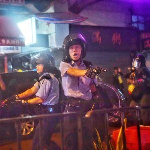 Poliisi osoittaa aseella mielenosittajia