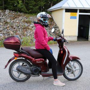 Emma Tepsa skootterin selässä