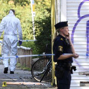 Tekninen ryhmä suoritti tutkintaa Ribersborgin rikospaikalla Malmössä 26. elokuuta, jossa naista ammuttiin.