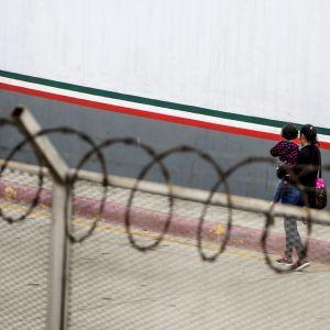 Trumpin hallinto haluaa oikeuden pitää siirtolaisperheitä pidätettynä määräämättömän ajan. Siirtolaisäiti kuvattuna Meksikon Tijuanassa heinäkuussa.