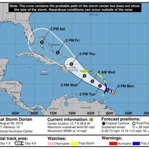 Yhdysvaltain liittovaltion sää- ja valtamerentutkimusorganisaation maanantaisessa karttakuvassa näkyy Dorian-myrskyn viiden päivän ennuste. Sen pelätään yltyvän hurrikaaniksi saapuessaan Puerto Ricoon.