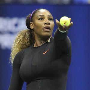 Serena Williams syöttää.