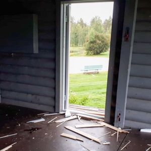Suomussalmenn Jätkänpuiston lavan rikottu ovi.