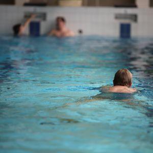 Nainen ui Karhulan uimahallissa.