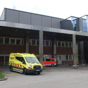 Ambulanssi pysähtyneenä keskussairaalan päivystyksessä.