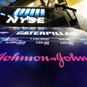 Johnson & Johnsonin logo New Yorkin pörssissä.