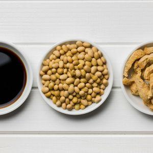 Soijakastike, soijapapu ja  tofu.