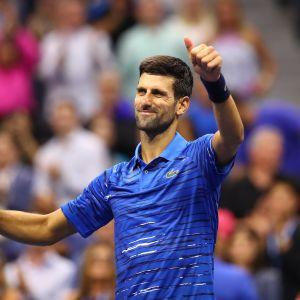Novak Djokovic näyttää yleisölle peukkua.