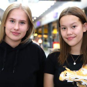 Kaksi tyttöä ostoskeskuksessa.