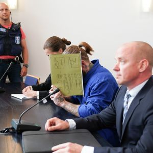 Porvoon ampumisesta epäiltyjen veljesten vangitsemisistunnot järjestettiin Vantaalla Itä-Uudenmaan käräjäoikeudessa 29. elokuuta, kuvassa vanhempi veljeksistä asianajajansa kanssa.