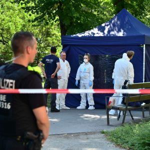 Poliisit tutkivat rikospaikkaa Berliinissä 23. elokuuta. Surmatyöstä epäiltynä on otettu kiinni venäläismies, joka oli saapunut Saksaan lyhytaikaisella Schengen-viisumilla.